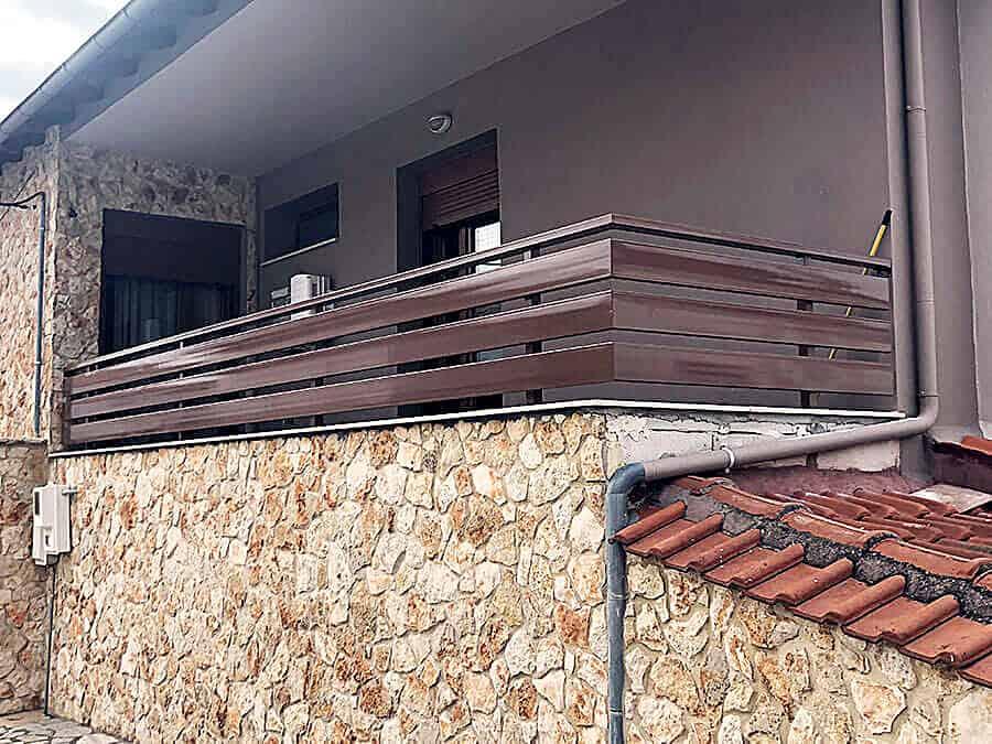 Μεταλλική κατασκευή κάγκελου σε μπαλκόνι