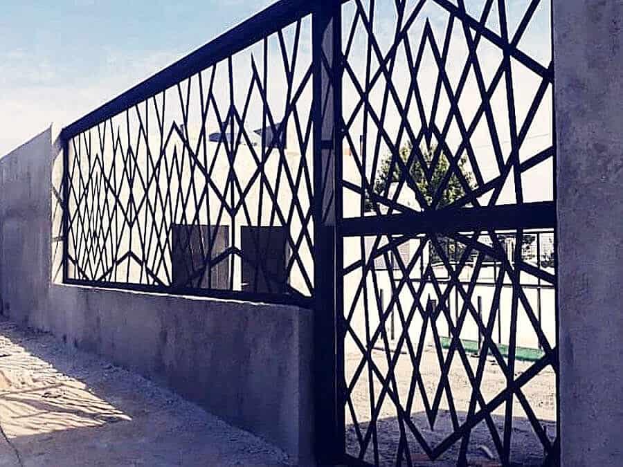 μεταλλική κατασκευή περίφραξης και πόρτας